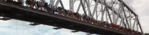 135 ryssar hoppar från en bro